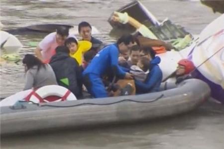 Em bé may mắn sống sót trong tai nạn máy bay TransAsia 2