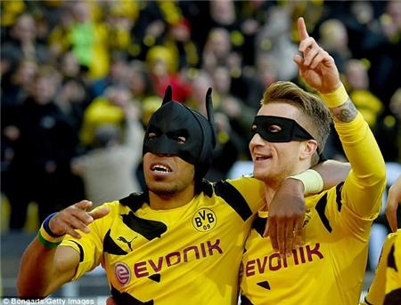 """Marco Reus đeo mặt nạ Robin ăn mừng """"siêu độc"""""""