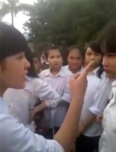 Xuất hiện clip nữ sinh thế hệ 10x đánh nhau, rớt xuống mương
