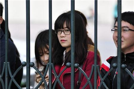Fan nữ xinh đẹp hâm mộ HLV Miura