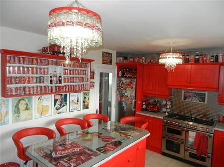 Căn nhà đỏ trắng của bà mẹ phát cuồng với Coca-cola 1