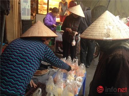 Người Hà Nội chen chân mua sắm cúng rằm tháng Giêng