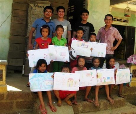 Hoài Chung trong chuyến tặng học cụ cho học sinh Hoài Nhơn.