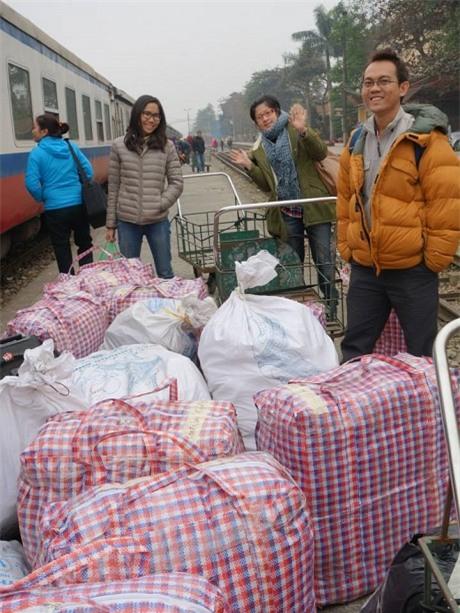 Chung trong lần tặng giày cho trẻ em ở Sa Pa vào tháng 12/2013.
