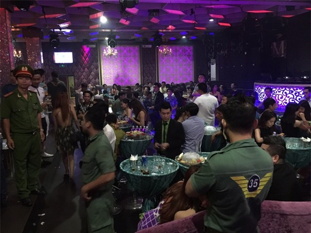 100 cảnh sát ập vào quán bar ở Sài Gòn