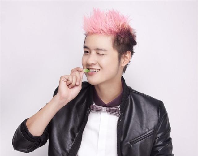 Thanh Duy hiện nay có một hàm trăng trắng sáng và đều đặn hơn nhiều so với lúc mới dự thi Vietnam Idol