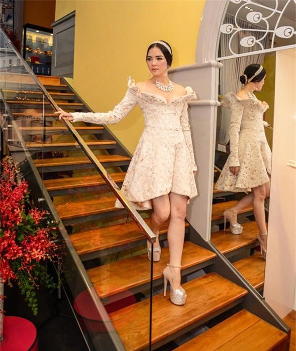 """Đôi giày hở mũi màu bạc giúp chiều cao chưa đầy 1m60 của Lý Nhã Kỳ được """"ăn gian"""" thêm gần 20 cm giúp cô diện váy ngắn thêm cuốn hút."""