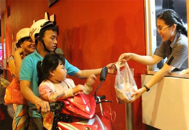 Xếp hàng chờ nhận đồ ăn miễn phí ở Sài Gòn