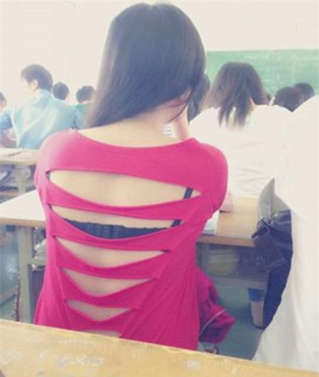 Thiếu nữ hớ hênh nội y trên ghế nhà trường - Ảnh 2