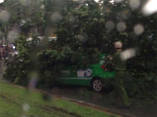 Cận cảnh Hà Nội thành bãi chiến trường sau cơn bão thổi cây bật vỉa hè, lật xe tải - Ảnh 12