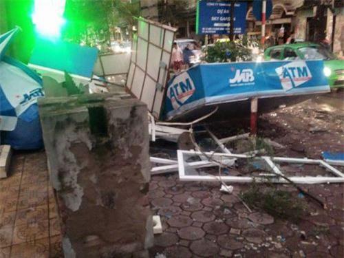 Cận cảnh Hà Nội thành bãi chiến trường sau cơn bão thổi cây bật vỉa hè, lật xe tải - Ảnh 14