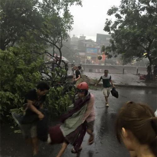 Cận cảnh Hà Nội thành bãi chiến trường sau cơn bão thổi cây bật vỉa hè, lật xe tải - Ảnh 15