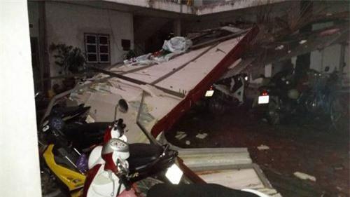 Cận cảnh Hà Nội thành bãi chiến trường sau cơn bão thổi cây bật vỉa hè, lật xe tải ảnh 18