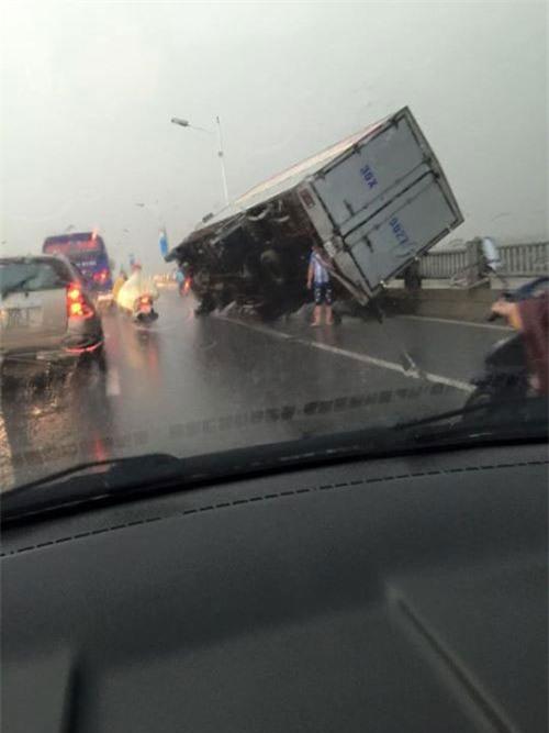 Cận cảnh Hà Nội thành 'bãi chiến trường' sau cơn bão thổi cây bật vỉa hè, lật xe tải - Ảnh 4