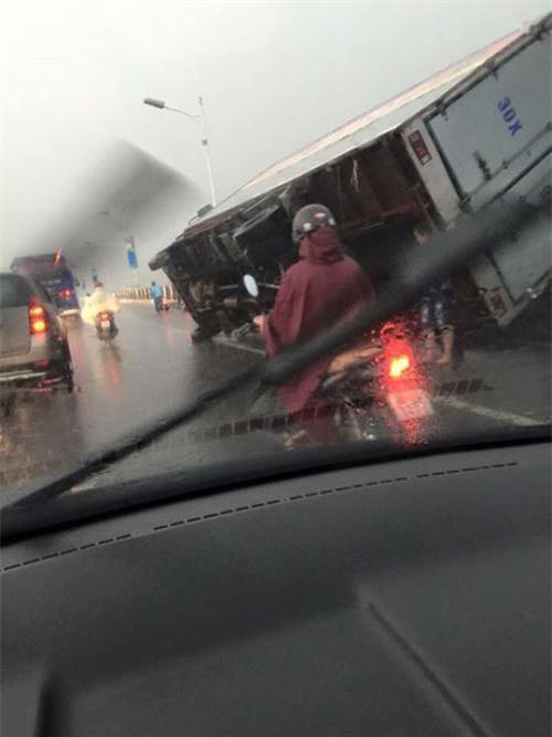 Cận cảnh Hà Nội thành bãi chiến trường sau cơn bão thổi cây bật vỉa hè, lật xe tải - Ảnh 5