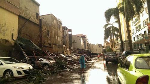Cận cảnh Hà Nội thành bãi chiến trường sau cơn bão thổi cây bật vỉa hè, lật xe tải - Ảnh 7