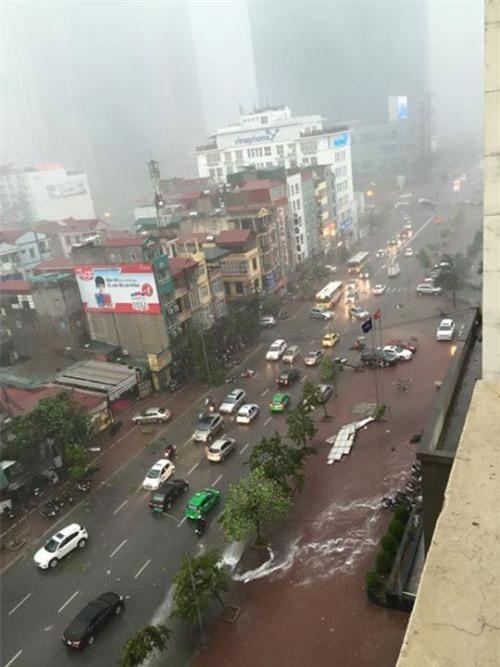 Cận cảnh Hà Nội thành bãi chiến trường sau cơn bão thổi cây bật vỉa hè, lật xe tải - Ảnh 9