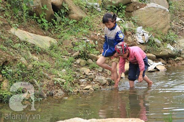 Những đứa trẻ chăm chú theo dõi các hoạt động trong chương trình Làng Việt do VTV tổ chức tại Y Tý, Bát Xát. Do thiếu những khu vui chơi như trẻ em thành phố nhưng các em cũng tự biết tìm niềm vui cho riêng mình.