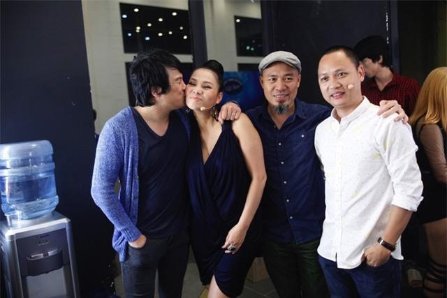 Thanh Bùi chào đón sự trở lại của Thu Minh bằng cái hôn thân thiết