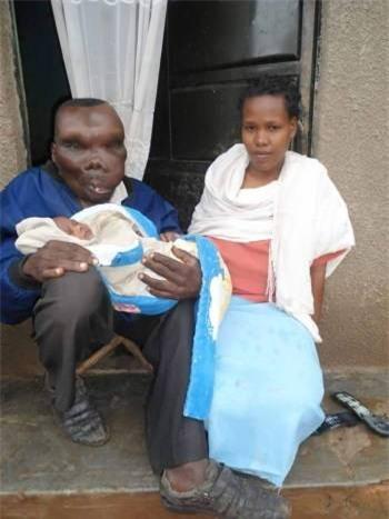 Người đàn ông xấu xí nhất Uganda chào đón đứa con thứ 8 - Ảnh 1