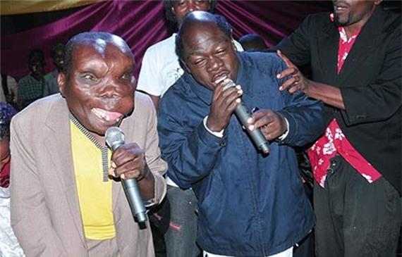 Người đàn ông xấu xí nhất Uganda chào đón đứa con thứ 8 - Ảnh 2