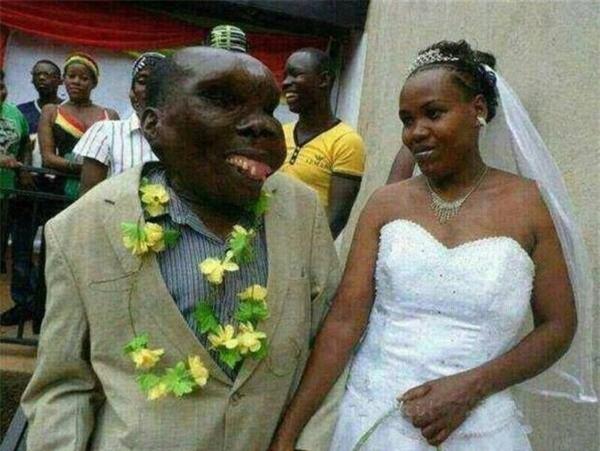 Người đàn ông xấu xí nhất Uganda chào đón đứa con thứ 8 ảnh 3
