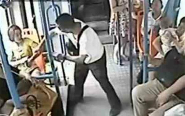Không nhường chỗ trên xe buýt, cô gái trẻ bị cụ ông xô ngã xuống sàn ảnh 1