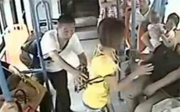 Không nhường chỗ trên xe buýt, cô gái trẻ bị cụ ông xô ngã xuống sàn ảnh 2