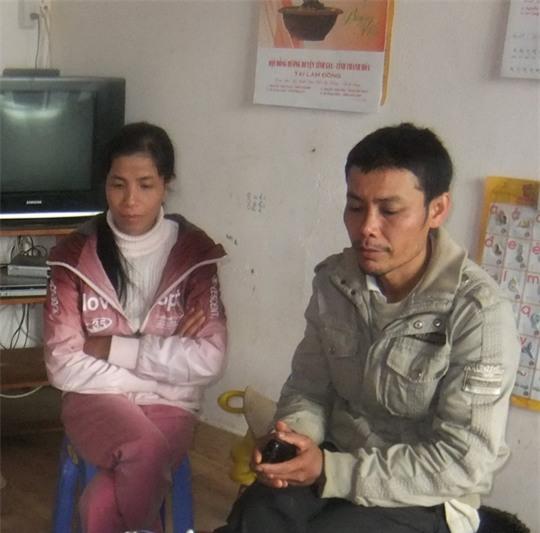 Vợ chồng anh Huynh lo lắng cho số phận của đứa con nhỏ