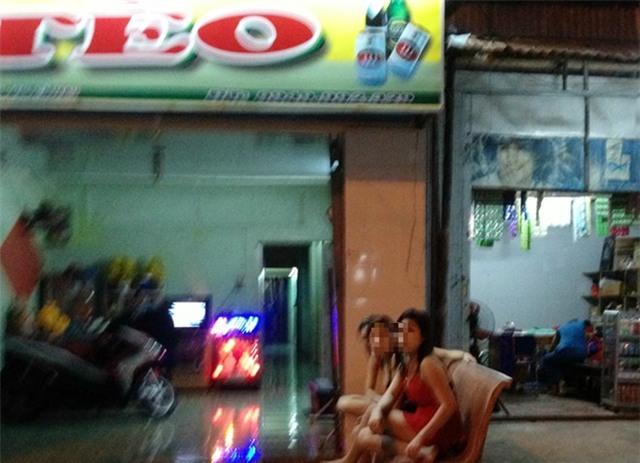 Thiếu nữ bị buộc khỏa thân câu khách trong quán 'bia ôm'