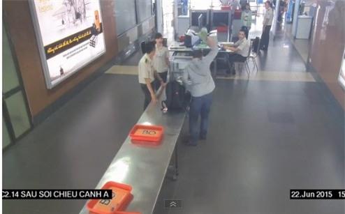 Ông Khôi vung tay ném mạnh lọ cà mắm xuống nền sân bay