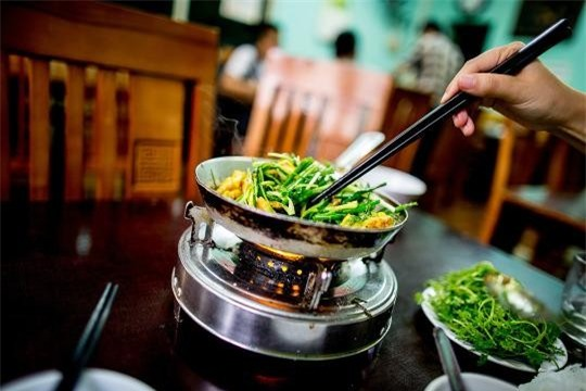 Chả cá Lã Vọng: Từ năm 1871, nhà hàng Chả cá Lã Vọng ở Hà Nội đã nổi tiếng với thực khách địa phương và du khách với món cá rán nghệ ăn kèm bún, tô điểm thêm hành lá, nước mắm hoặc mắm tôm, lạc rang, rau thơm. Bí quyết để có món gia truyền chả cá thơm lừng này hiện vẫn là một bí mật.