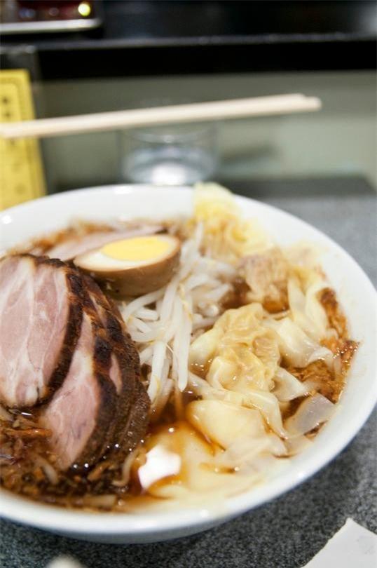 Kiraku, Tokyo: Quán ramen có từ năm 1952 này là điểm đến yêu thích của công chức và sinh viên ở Shibuya, Tokyo. Nổi tiếng nhất là chukamen với nước dùng làm bằng xốt đậu nành và rất nhiều hành chiên, tỏi chiên, phủ giá đỗ, trứng và các lát thịt chashu.