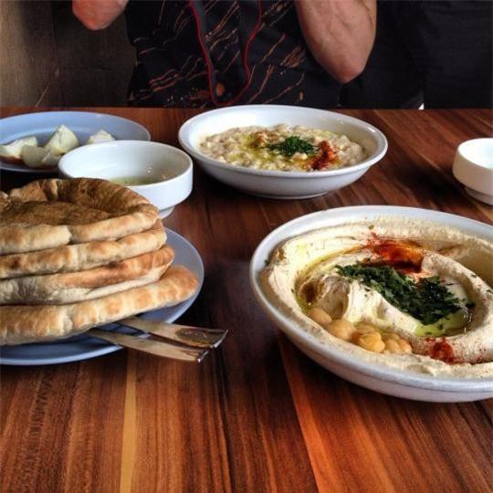 Ali Karavan (Abu Hassan), Tel Aviv: Nhà hàng gia truyền mở từ năm 1966, chỉ phục vụ duy nhất một món hummus nhưng luôn có rất nhiều thực khách đến xếp hàng để được ngồi chen chúc trong nhà hàng.