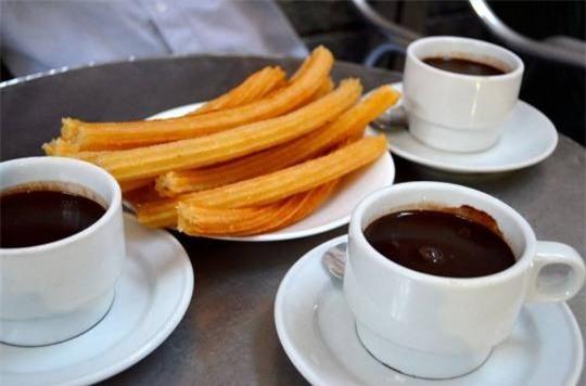 Chocolateria San Gines, Madrid: Từ năm 1894, nhà hàng San Gines đã nổi tiếng với món chocolate đặc nóng đậm đà. Nhà hàng nằm ở ngay trung tâm thành phố với kiến trúc kiểu cổ càng thu hút thực khách.