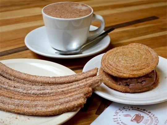 El Moro Churro, Mexico City: Quán gia truyền có từ năm 1935, nổi tiếng với món doughnut Mexico và chocolate nóng. Đầu bếp rán doughnut ngay ngoài phố để người qua đường có thể chiêm ngưỡng kỹ năng tuyệt vời của nhà hàng.