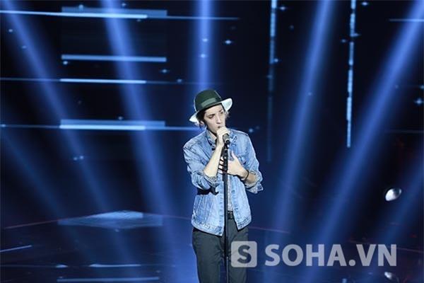 21h18: Taylor John Williams - chàng ca sĩ gốc Việt từng lọt vào top 5 tại The Voice Mỹ đã gửi tặng khán giả Việt bài hit của Lorde - Royals.
