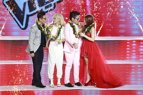 Với 49,25% tin nhắn bình chọn, học trò cưng của Mỹ Tâm trở thành Quán quân Giọng hát Việt mùa thứ 3.