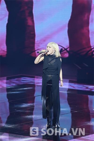 22h10: Yến Lê thể hiện ca khúc Nhà là nơi để về do chính cô đồng sáng tác với nhạc sĩ Hồ Hoài Anh.