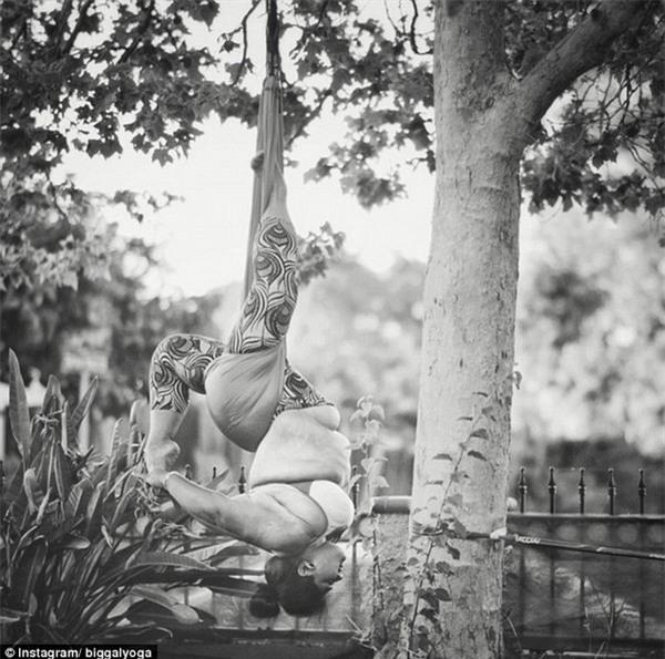 Những động tác yoga dẻo dai đến kinh ngạc của cô gái có thân hình ngoại cỡ