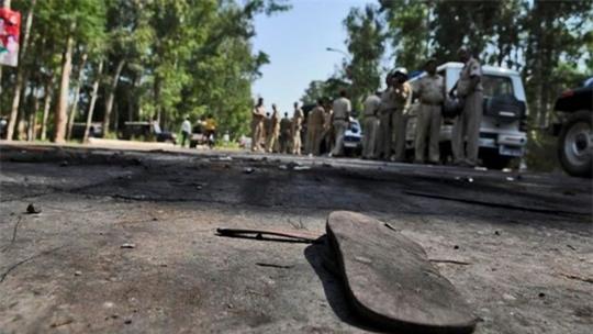 Người dân địa phương phản đối cảnh sát bắt giữ những người liên quan. Ảnh: Hindustan Times