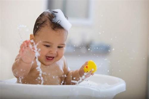 Trẻ thường xuyên dùng sữa tắm sẽ dậy thì sớm? - 1