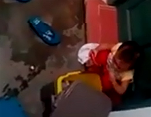 Đình chỉ 2 cô giáo mầm non để trẻ ăn rác