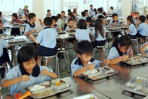 Bữa ăn bán trú trong nhà trường luôn là sự quan tâm của các bậc phụ huynh.  Ảnh: TL