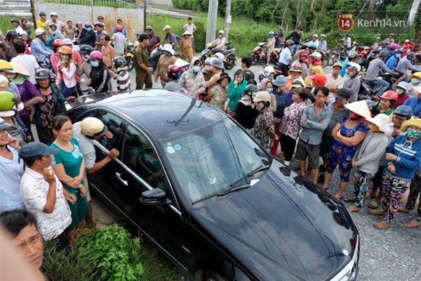 Hàng trăm người bức xúc đợi xem chồng diễn lại cảnh lái ô tô đâm vợ