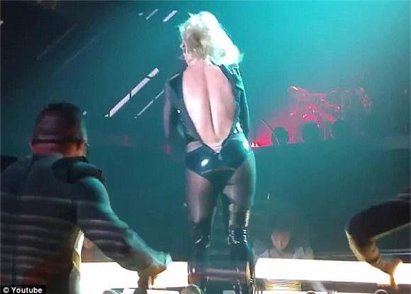 Britney Spears rách toạc khóa áo trên sân khấu 1