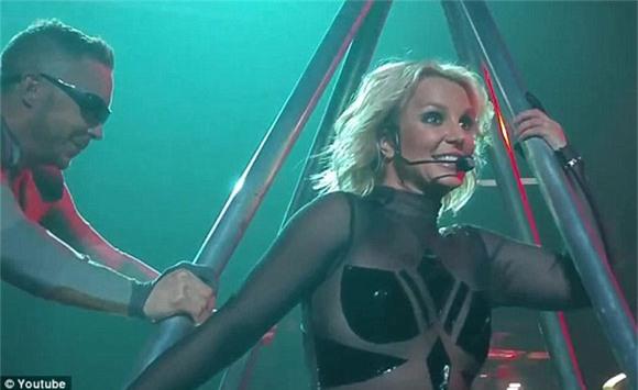 Britney Spears rách toạc khóa áo trên sân khấu 0