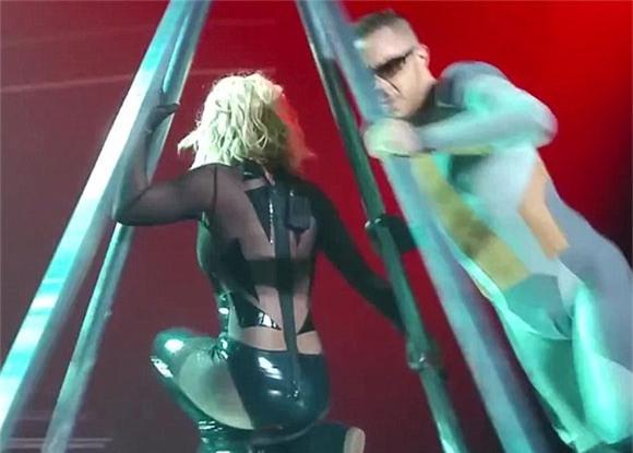 Britney Spears rách toạc khóa áo trên sân khấu 2