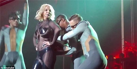 Britney Spears rách toạc khóa áo trên sân khấu 4