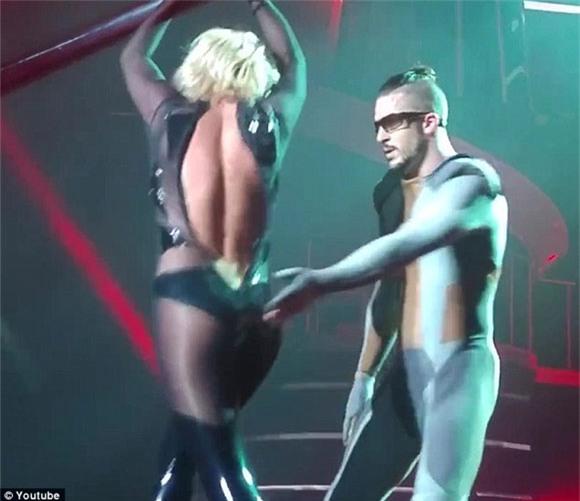 Britney Spears rách toạc khóa áo trên sân khấu 5